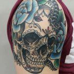 kallotatuointi, kallo tatuointi, väritatuointi, ruusutatuointi, muerte tatuointi, muerta skull, skull tattoo, rose tattoo, healed tattoo, parantunut tatuointi, matzon, zombie tattoo, zombie tattoo helsinki, zombie tattoo matzon, tattoo matzon