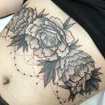 underboob tattoo, tissinalustatuointi, pioni tatuointi, peony tattoo, dotwork tattoo, black & grey tattoo, girly tattoo, naisellinen tatuointi, zombie tattoo helsinki, salla zombie tattoo